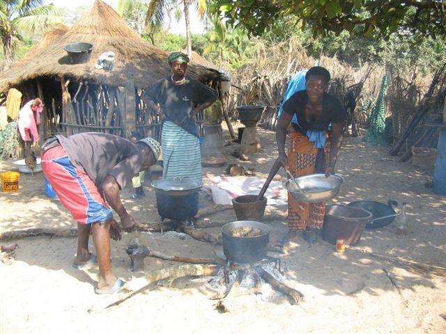 5-femmes-devant-labri-servant-de-cuisine.1208545790.jpg