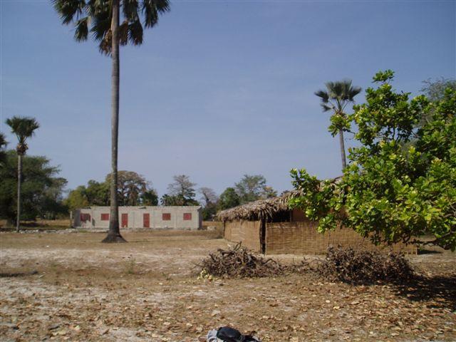 mission-janvier2009-009-le-college-en-construstion-en-attendant-les-villageois-ont-construit-des-classes-provisoires.1271842090.jpg